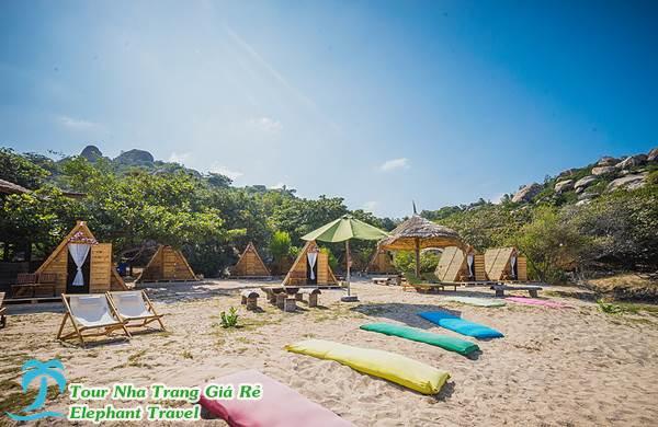lều gỗ tại resort sao biển - tour bình hưng hang rái 1 ngày